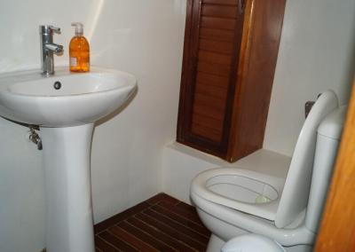 90ft-galeon-bathroom2