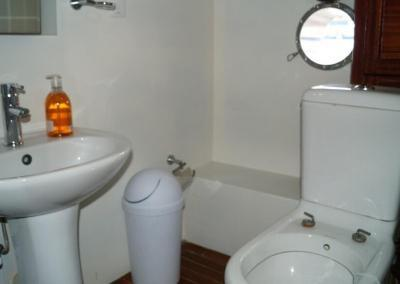 90ft-galeon-bathroom3