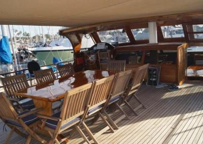 90ft-galeon-dining