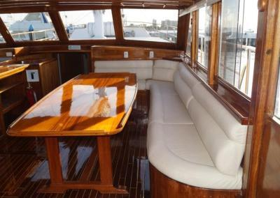 90ft-galeon-dining1